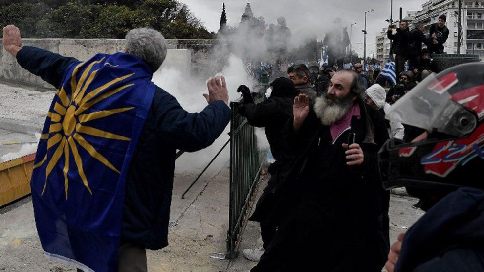 La Policía ha empleado gas lacrimógeno durante la manifestación que ha reunido este domingo en Atenas a decenas de miles de griegos para protestar contra el Acuerdo de Prespa que resuelve el histórico contencioso entre Grecia y Macedonia por el nombre. Foto: AFP