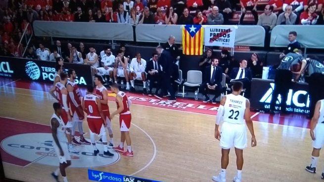El Manresa permite una estelada y una pancarta de apoyo a los golpistas en el partido contra el Real Madrid
