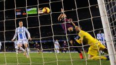 Luis Suárez golpeó a Cuéllar en el segundo gol del Barça. (AFP)