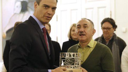 El presidente del Gobierno, Pedro Sánchez, recibe al líder de UGT, Pepe Álvarez. EFE