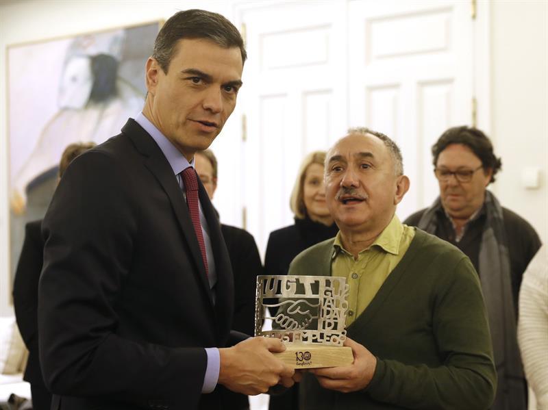 El presidente del Gobierno, Pedro Sánchez, y el líder de UGT, Pepe Álvarez. EFE