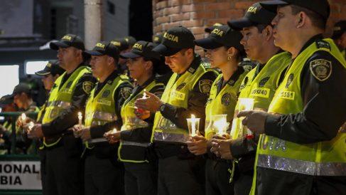 Vigilia de policías colombianos por los compañeros caídos en el atentado de Bogotá. Foto: AFP