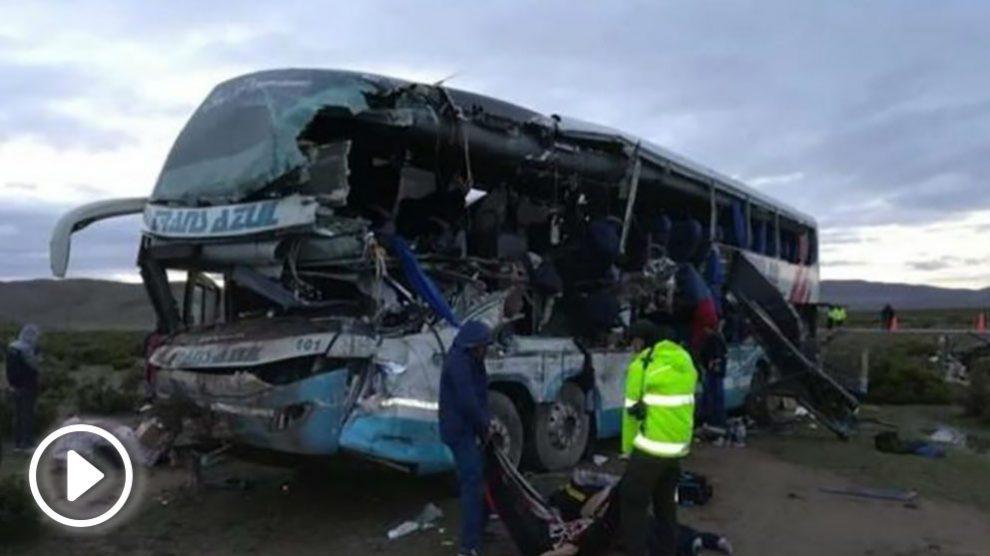 Fotografía cedida por la Policía Departamental de Oruro del rescate de víctimas tras el accidente. Foto: EFE