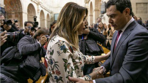 Susana Díaz felicitando a Juanma Moreno tras su investidura. (Foto: EP)