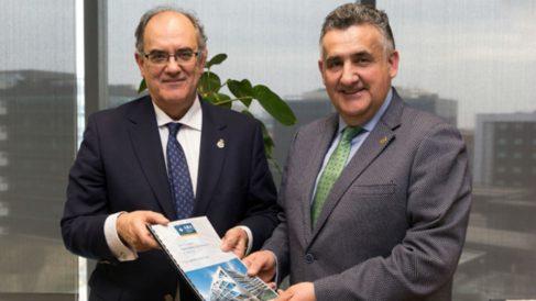 Luis Campos; presidente de A.M.A. y Roberto Martín; presidente del Colegio Oficial de Enfermería de Toledo. (Foto: A.M.A.)