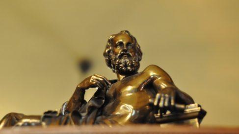 Platón, en una estatua realizada en bronce.