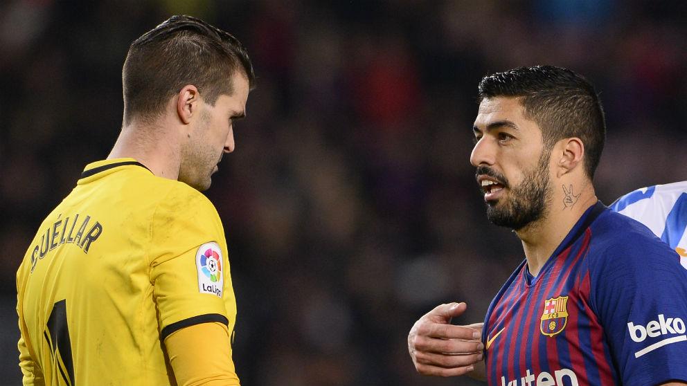 Luis Suárez y Cuéllar en el partido del Camp Nou. (AFP)