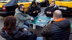 Taxistas juegan a las cartas en el centro de Barcelona