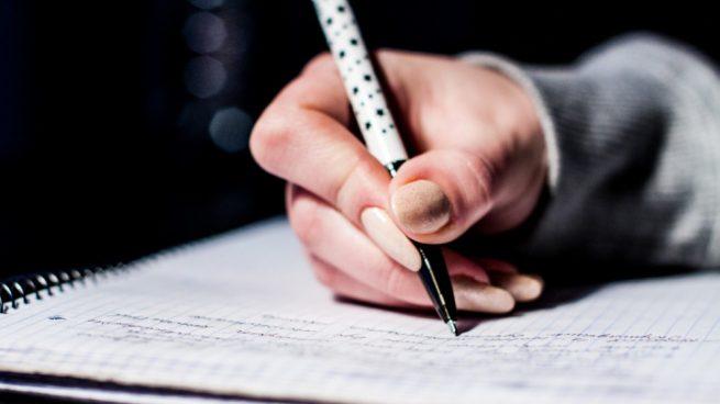 escribiendo a mano