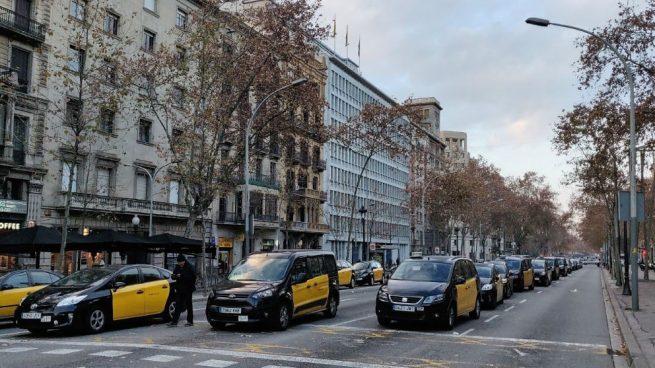 Barcelona amanece con sus principales vías cortadas por el sexto día de huelga de los taxistas y VTC