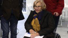 La alcaldesa Manuela Carmena visitando un centro para sin techo. (Foto. Madrid)