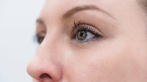Cómo depilar las cejas con pinzas