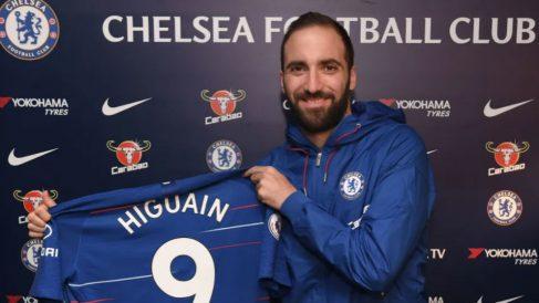 Gonzalo Higuaín posa con la camiseta del Chelsea. (Chelsea)