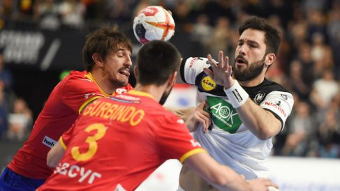 Tim Suton intenta tirar ante Viran Morros y Gurbindo en el partido de los Hispanos contra Alemania. (AFP)