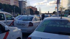 Los taxistas bloquean con sus vehículos las calles más cercanas a IFEMA donde se celebra Fitur 2019. Foto: Europa Press