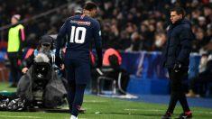 Neymar se marcha cabizbajo tras su lesión. (AFP)