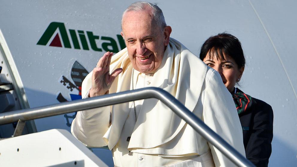 El Papa Francisco subiendo al avión que le llevará a Panamá para la celebración de la Jornada Mundial de la Juventud (JMJ). Foto: AFP