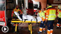 Operarios de un hospital de Astuarias evacuando a los enfermos por el temporal. Foto: EFE
