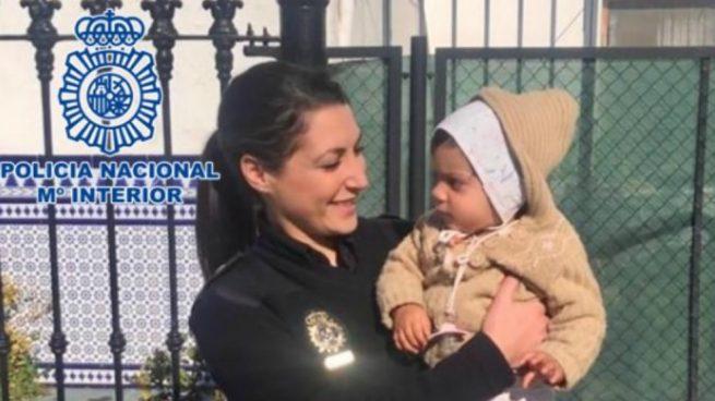 policías salvan la vida a una bebé