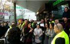 Clara Serra, portavoz del grupo parlamentario de Podemos,se dirige a un grupo de taxistas en huelga. Foto: Europa Press
