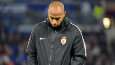 Thierry Henry, cabizbajo durante un partido con el Mónaco. (AFP)