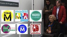 Manuela Carmena y los logos de las listas de las primarias de Ahora Madrid en 2015.