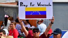 Un hombre sostiene una pancarta  pidiendo al Papa Francisco que rece por Venezuela en Panamá. Foto: AFP
