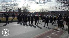 La Policía forma antes de cargar contra un grupo de taxistas en la gasolinera de Campo de las Naciones, junto a IFEMA. Foto Europa Press
