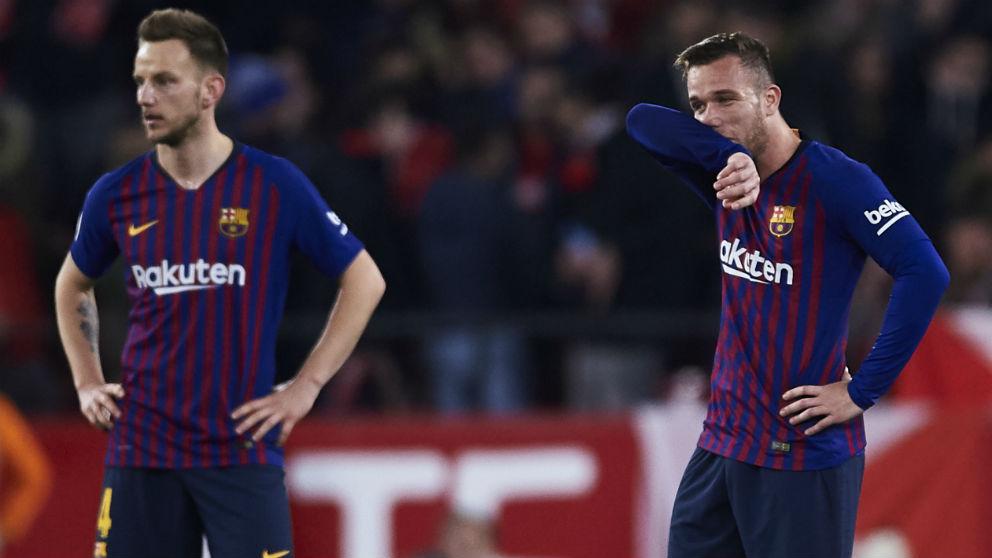 Rakitic y Arthur se lamentan tras un gol del Sevilla en la Copa del Rey. (Getty)