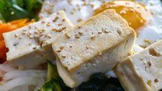 El tofu es un derivado de la soja y aporta una gran cantidad de proteínas de alto valor biológico.