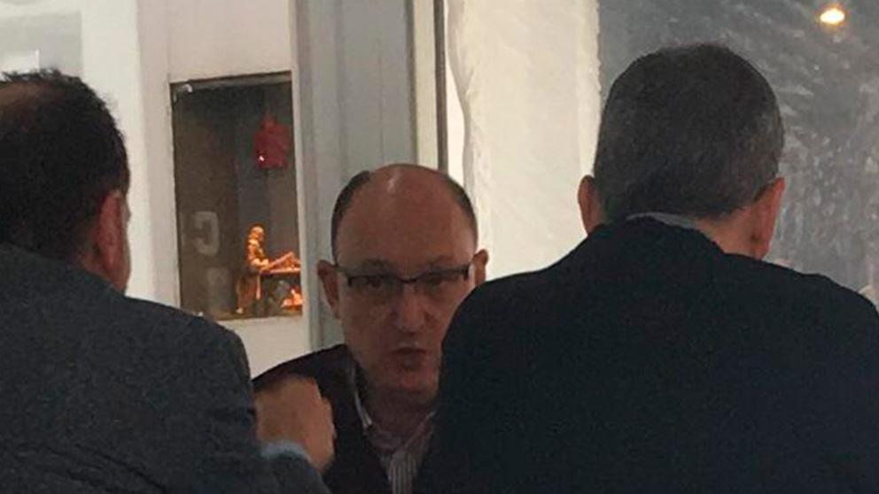 Fran Llorente y, de espaldas -a la derecha-, Enric Hernández.