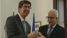 El vicepresidente de la Junta, Juan Marín, recibiendo el testigo de su antecesor, Manuel Jiménez Barrios. (Foto: EP)