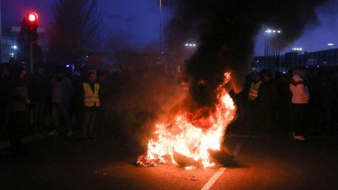 Un grupo de taxistas en huelga queman neumáticos en los alrededores de IFEMA. Foto: Europa Press