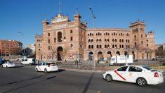Protesta de taxistas frente a la plaza de Las Ventas de Madrid