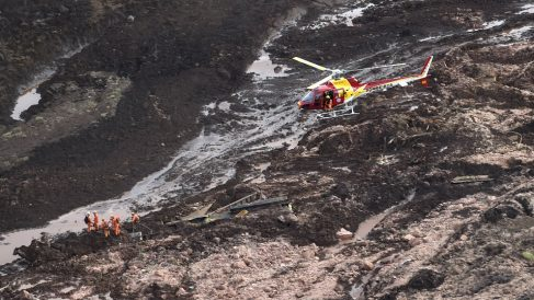 Un helicóptero sobrevuela el lugar de la tragedia (Foto: AFP).