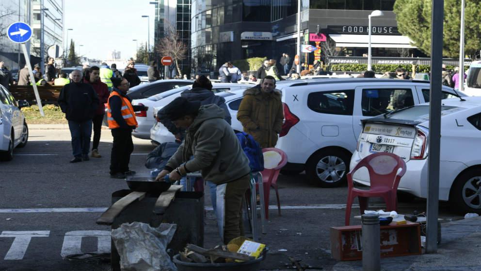 La sexta jornada de huelga del taxi acoge una paella. EFE