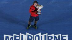 Nadal posa con el trofeo que le coronó ganador del Open de Australia 2009. (Getty)