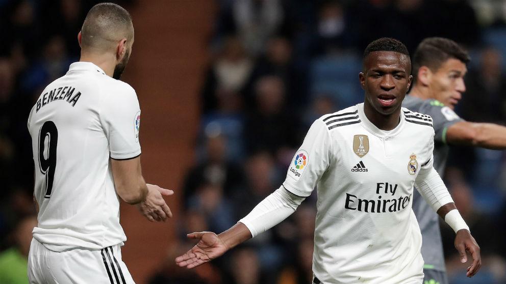 Vinicius saluda a Benzema, ambos están en la alineación oficial del Real Madrid ante el Barcelona. (Getty)