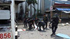 Las fuerzas de seguridad recogen uno de los cadáveres de los fallecidos en el atentado contra una iglesia católica en Filipinas. Foto: AFP