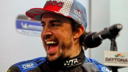 Fernando Alonso celebra en sala de prensa su triunfo en las 24 horas de Daytona. (Twitter)