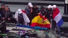 Fernando Alonso luce la bandera de España junto a sus compañeros de Cadillac.