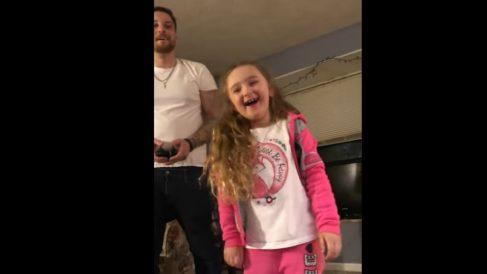 La singular manera de un padre de quitarle un diente a su hija