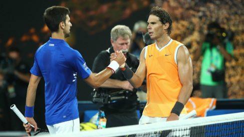 Nadal y Djokovic se saludan al término del partido. (Getty)