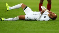 Neymar se duele tras una entrada en un partido ante el PSG. (Getty)