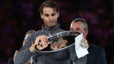 Rafa Nadal posa con el título de subcampeón del Open de Australia. (Getty)