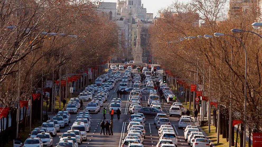 Los taxistas han colapsado el Paseo de la Castellana de Madrid con sus vehículos este domingo. Foto: EFE