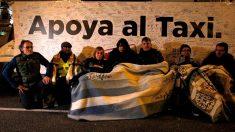 Taxistas en huelga de hambre acampados en el Paseo de la Castellana, en Madrid, para continuar sus protestas por la regulación de los vehículos de transporte con conductor (VTC), como Uber o Cabify. Foto: EFE