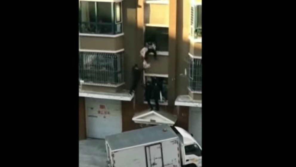 Repartidor de leche consigue rescatar a un bebé que caía desde un tercer piso