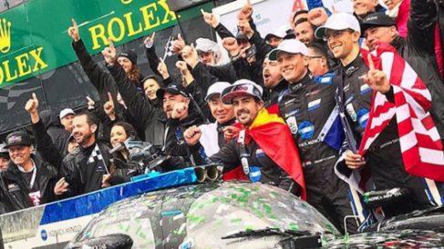 Fernando Alonso celebra con su equipo la victoria en las 24 horas de Daytona.
