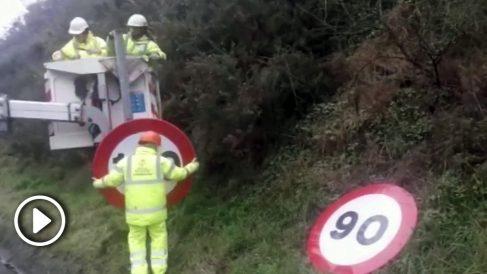 Operarios cambian las señales de velocidad.